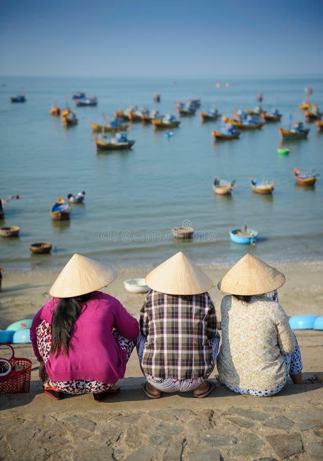 Vietnamese vrouwen die op vissersboten wachten royalty-vrije stock foto's