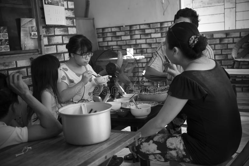 Vietnamesische Familie isst zusammen zu Mittag lizenzfreie stockfotos