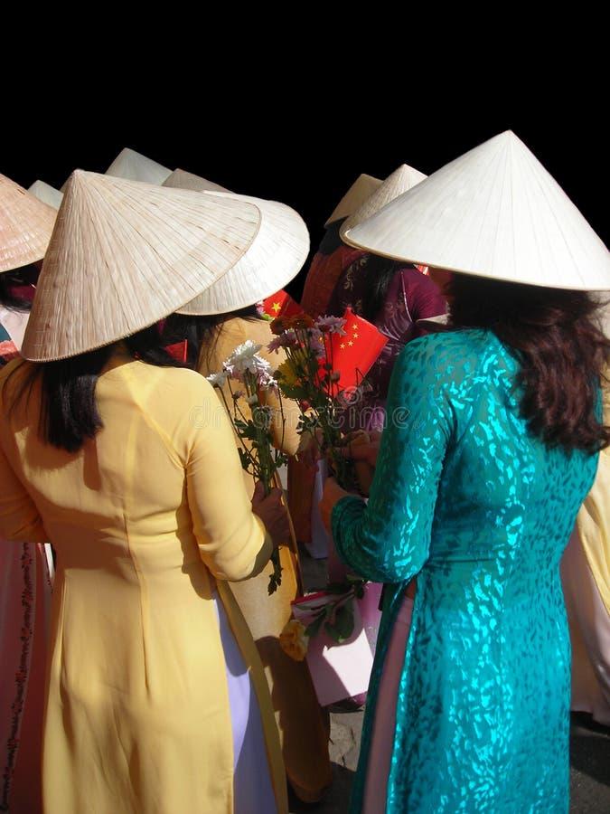 Vietnamesische Frauen, Die Den Traditionellen Anzug Geht