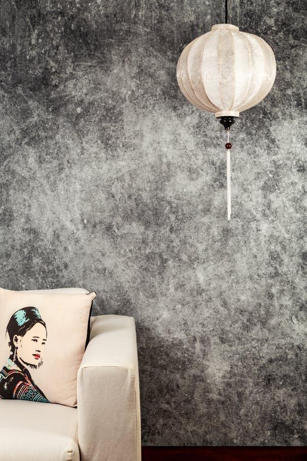 Vietnamesische oder chinesische wei?e Laterne, ?ber konkretem Hintergrund des Weinleseschmutzes mit Sofa und vietnamesischem Wein lizenzfreie stockbilder