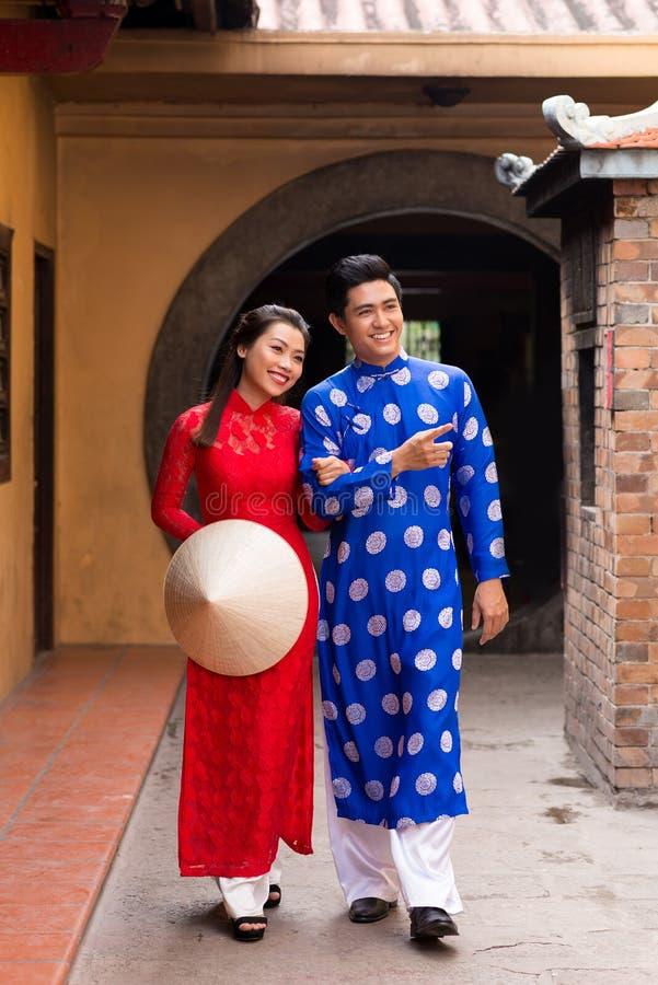 Vietnamesische Paare In Der Traditionellen Kleidung