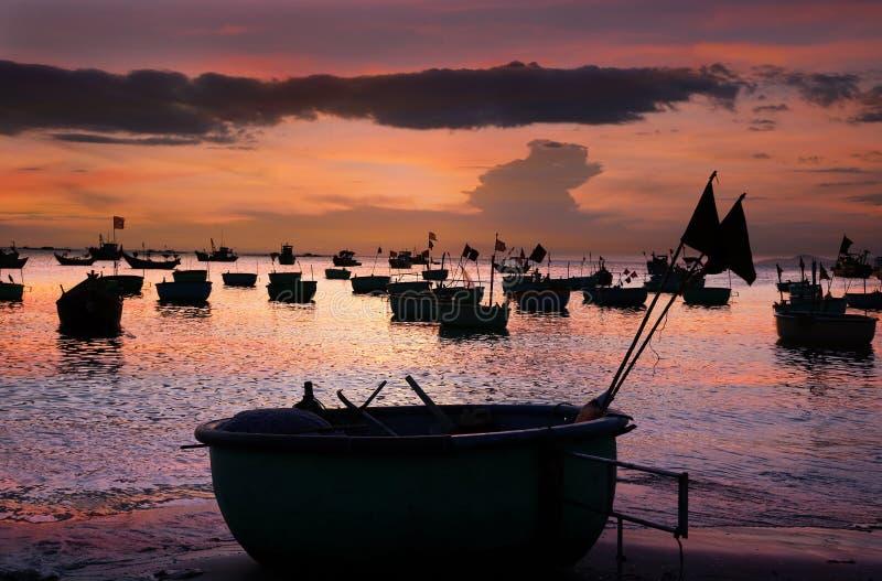 Vietnamesische runde Fischenbootkörbe stockfotos