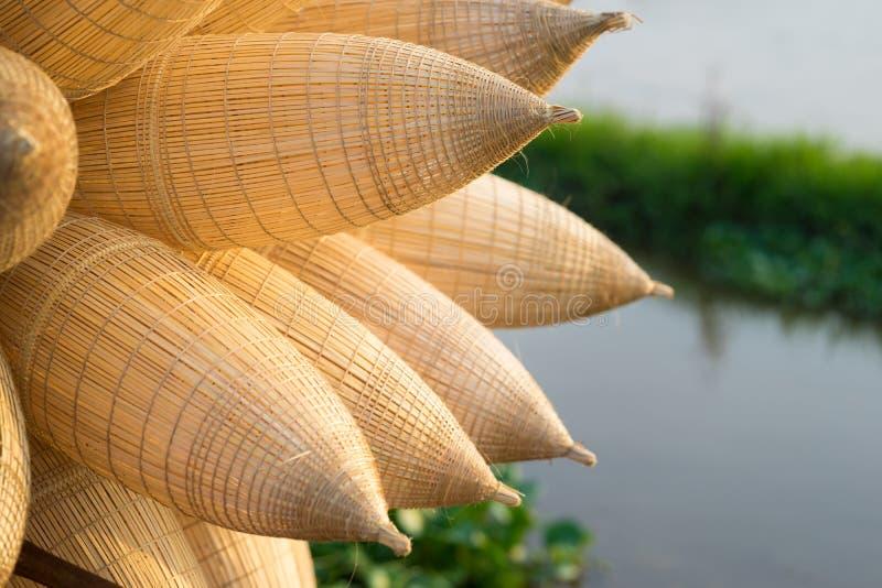 Vietnamesische traditionelle Bambusfischfallen gegen Bearbeitungsfeld auf Hintergrund lizenzfreies stockfoto