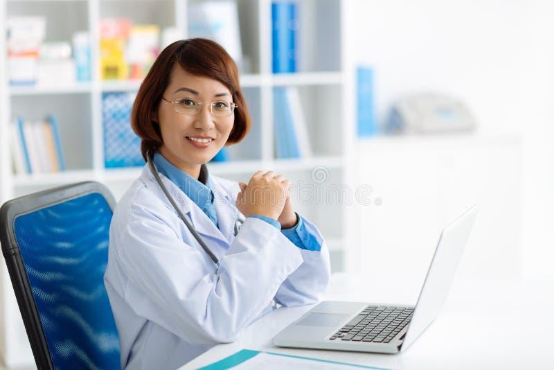 Vietnamesischer Arzt lizenzfreie stockfotos