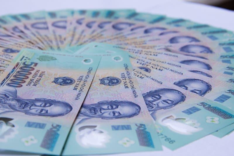 Vietnamesisches Geld Dong auf weißer Tabelle VND Gerade asiatisches Druckgeld Asiatisches Geld lockern heraus auf Konzept von Rei stockfoto