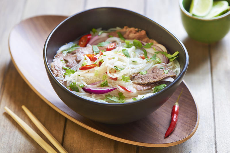 Vietnamesisches Lebensmittel, ReisNudelsuppe mit geschnittenem Rindfleisch stockfoto