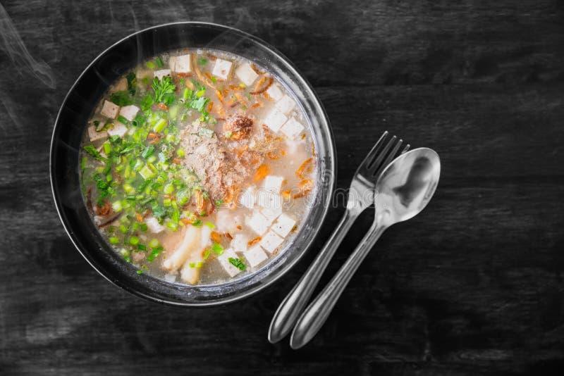 Vietnamesisches Nudelsuppe pho mit Kräutergemüse lizenzfreie stockbilder