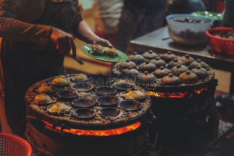 Vietnamesisches Straßen-Lebensmittel in der Nacht lizenzfreie stockbilder