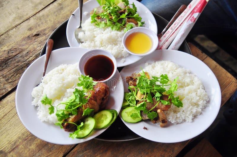 Vietnamesisk brutet ris- eller com-tam med stekt kycklingben, griskött royaltyfri bild