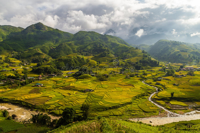 Vietnamesisk dal med risfält och byar arkivfoton