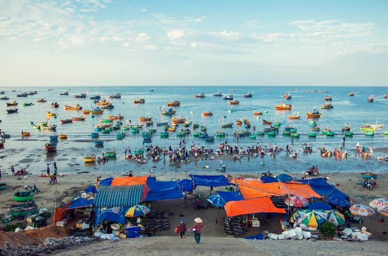 Vietnamesisk fiskmarknad nära vid Mui Ne Beach 02 09 2018 arkivbilder