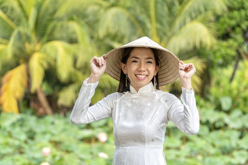 Vietnamesisk flicka i kokosnötkoloni kvinna på kokosnötlantgård Lycklig asiatisk flicka på kokosnötlantgård royaltyfri foto
