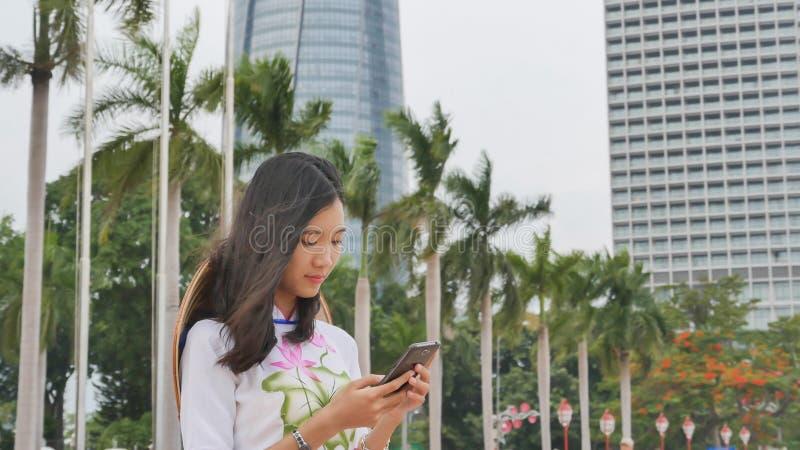 Vietnamesisk flicka som talar på telefonen Danang stad arkivbilder