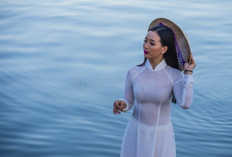 Vietnamesisk kvinna med klänningen för Ao Dai arkivbild