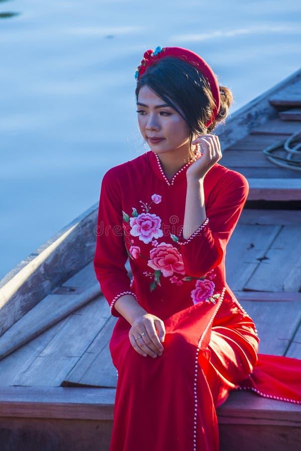 Vietnamesisk kvinna med klänningen för Ao Dai royaltyfri foto