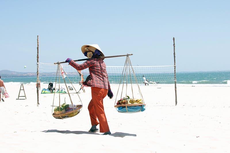 Vietnamesisk kvinna som säljer frukter på den Mui Ne stranden royaltyfri bild