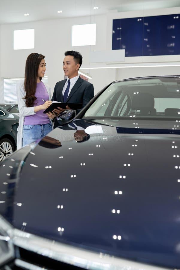 Vietnamesisk kvinnaköpandebil royaltyfria bilder