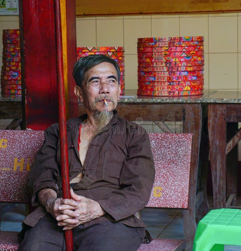 Vietnamesisk man i kinesisk pagod arkivfoto