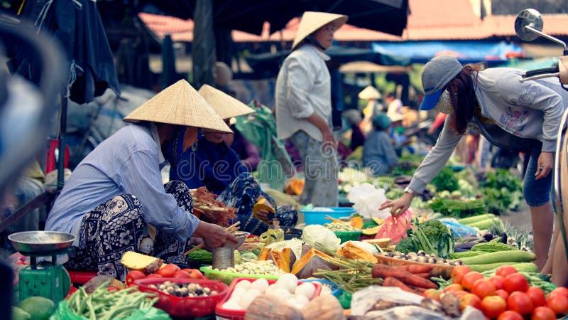 Vietnamesisk marknad i Hoi An royaltyfria foton