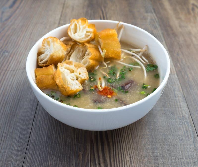 Vietnamesisk svinorgansoppa eller avfallsoppa royaltyfri foto