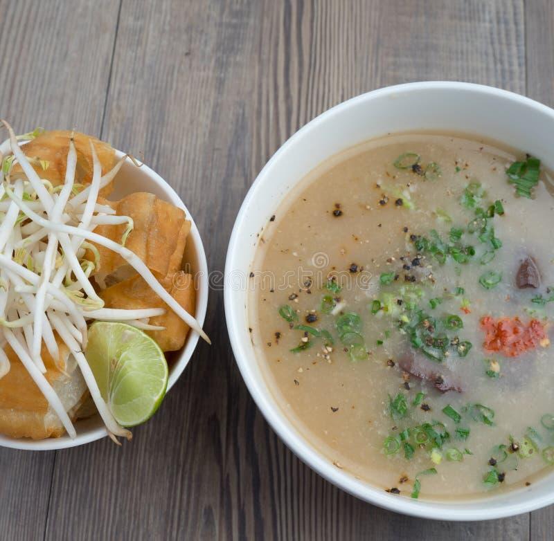Vietnamesisk svinorgansoppa eller avfallsoppa royaltyfria foton