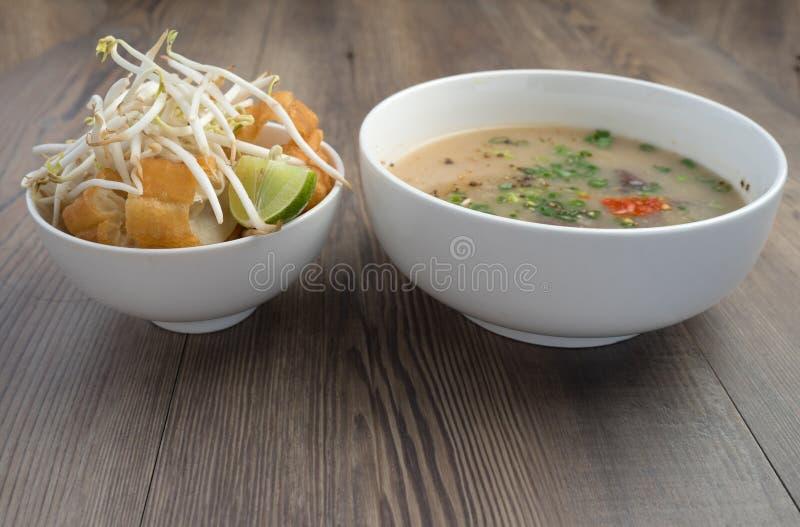 Vietnamesisk svinorgansoppa eller avfallsoppa arkivfoto