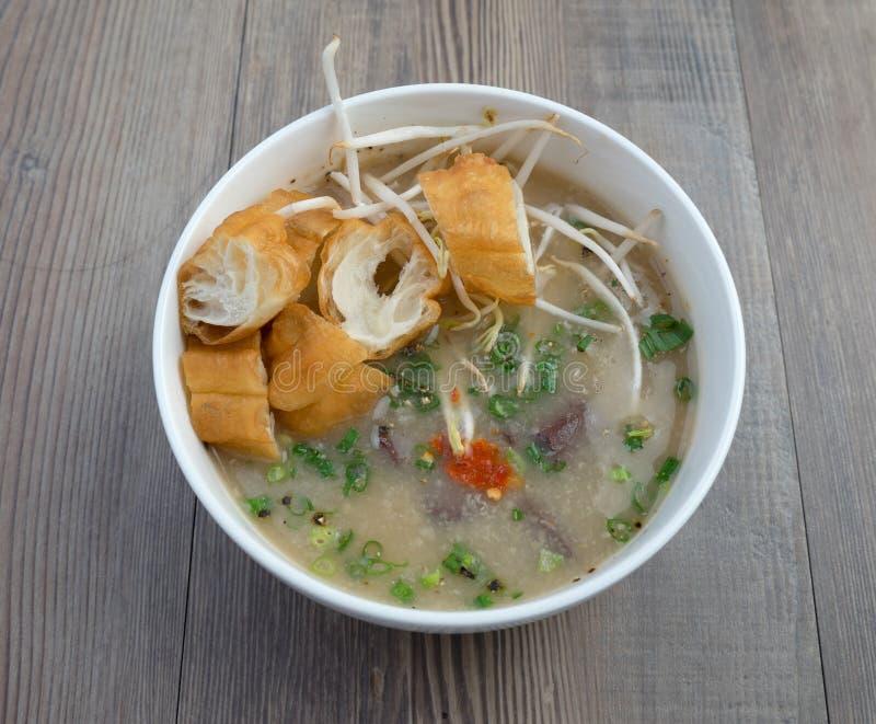 Vietnamesisk svinorgansoppa eller avfallsoppa arkivfoton