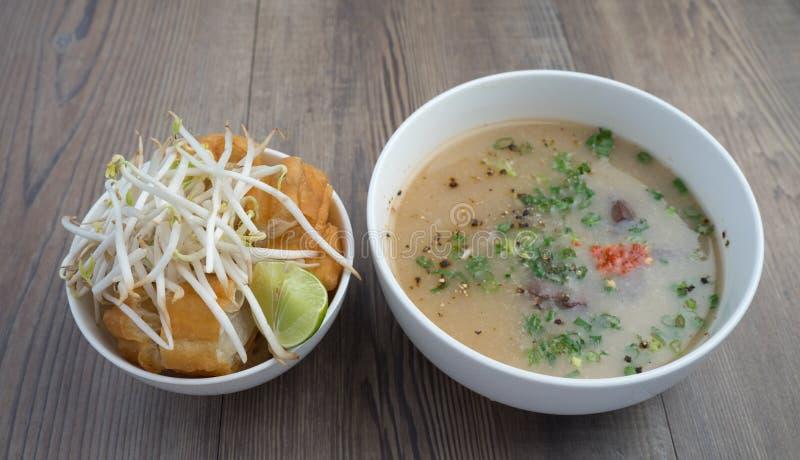 Vietnamesisk svinorgansoppa eller avfallsoppa arkivbild