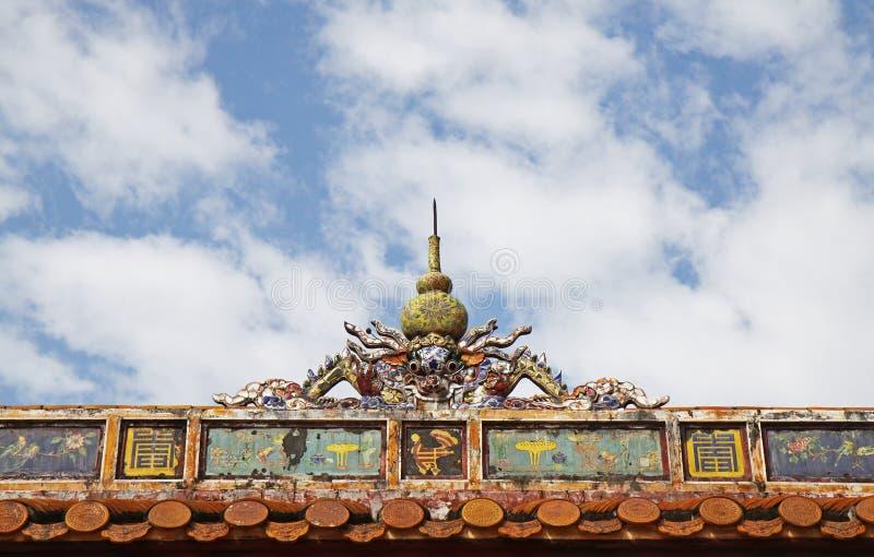 Vietnamesisk takstil i gravvalv av Minh Mang fotografering för bildbyråer