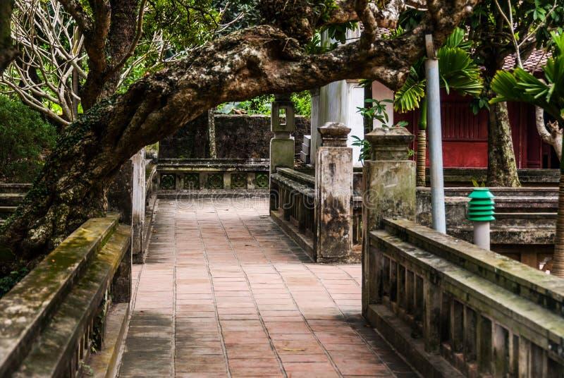 Vietnamesisk tempelträdgård royaltyfria foton