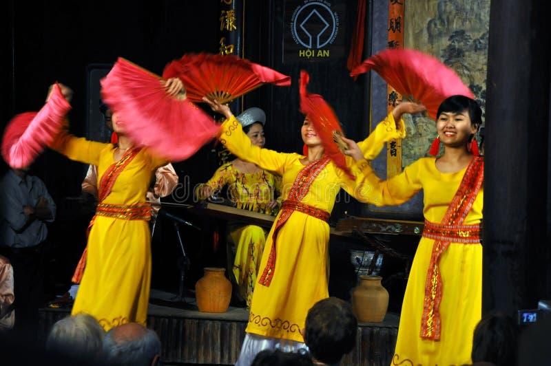 Vietnamesisk traditionell dans i traditionell kläder fotografering för bildbyråer