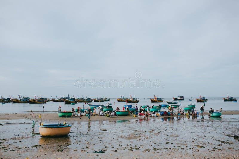 vietnamesiska fiskare med skaldjur på den sandiga stranden på Mui Ne, Vietnam royaltyfria foton