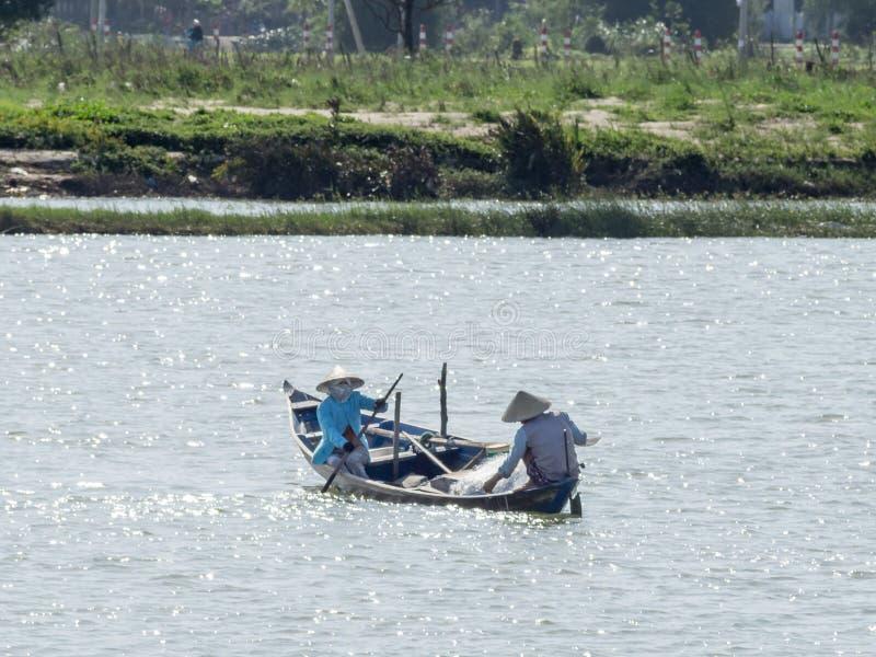Vietnamesiska fiskare på ett fartyg som fångar fisken, Mekong River deltaområde royaltyfri bild