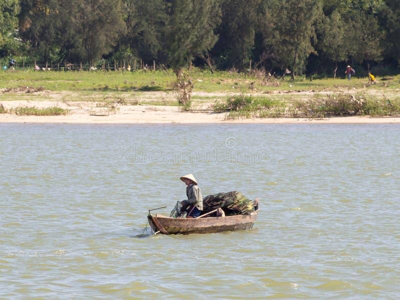 Vietnamesiska fiskare på ett fartyg som fångar fisken, Mekong River deltaområde royaltyfria foton