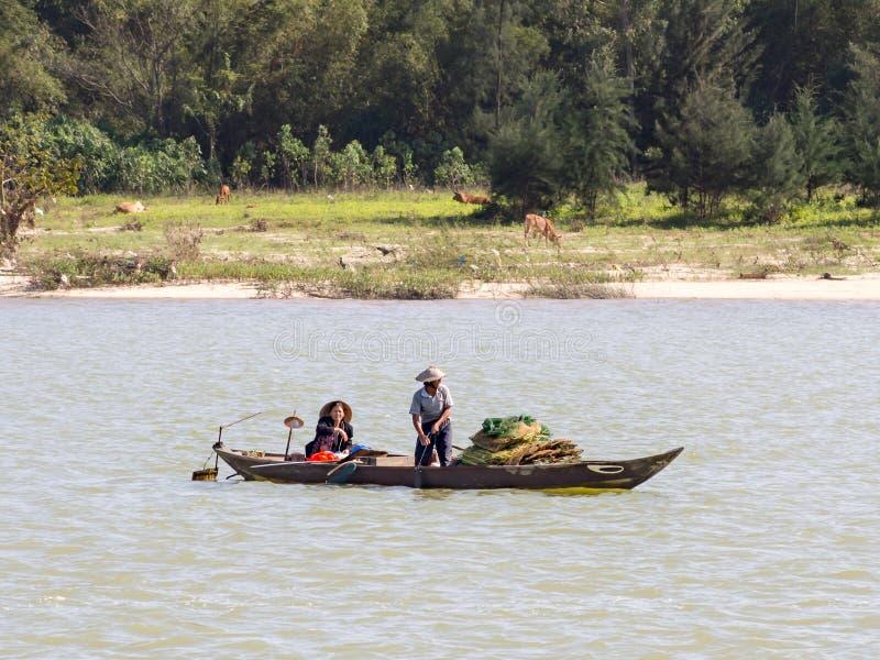 Vietnamesiska fiskare på ett fartyg som fångar fisken, Mekong River deltaområde royaltyfri fotografi