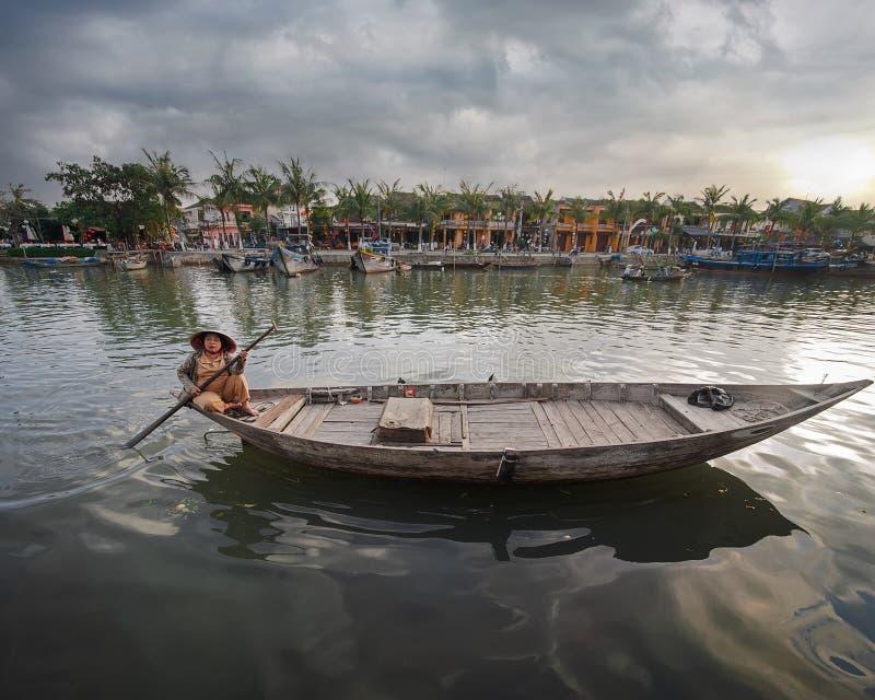 Vietnamesiska kvinnor i traditionellt fartyg hoi vietnam arkivbilder