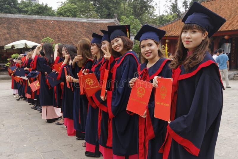 Vietnamesiska studenter i klänning arkivfoto