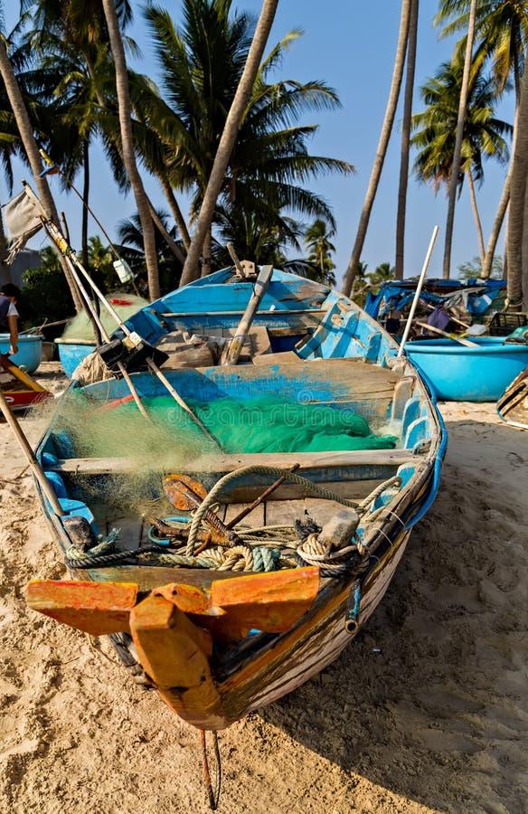 Vietnamesiskt fiskeläge, Mui Ne, Vietnam kokosnötpalmträd på stranden arkivfoto