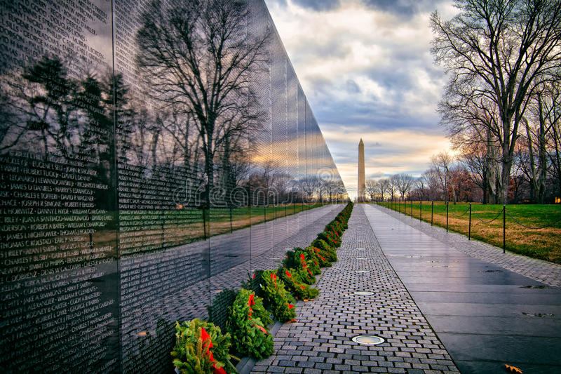 Vietnamkrieg-Denkmal mit Washington Monument bei Sonnenaufgang, Washington, DC, USA stockfotografie