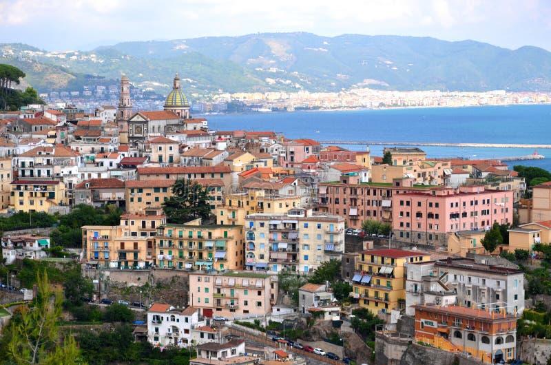vietri在阿马飞海岸,意大利的sul母马美丽如画的风景  库存照片