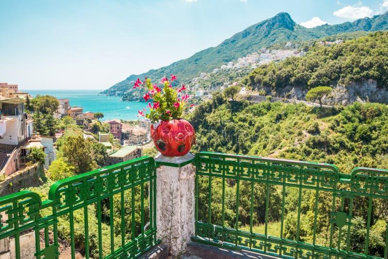 Vietri sul Mare, Amalfi Küste malerische Sommer-Sicht auf bunte Keramikblumentopf, Berge und Meer an sonnigen Tag lizenzfreies stockfoto