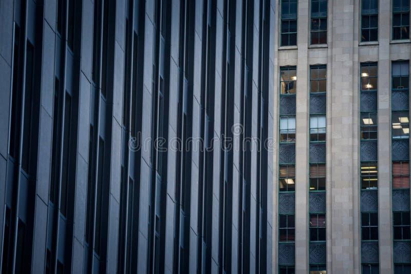 摩天大楼和更旧的大厦在老蒙特利尔Vieux蒙特利尔,魁北克,黄昏的加拿大 免版税库存照片