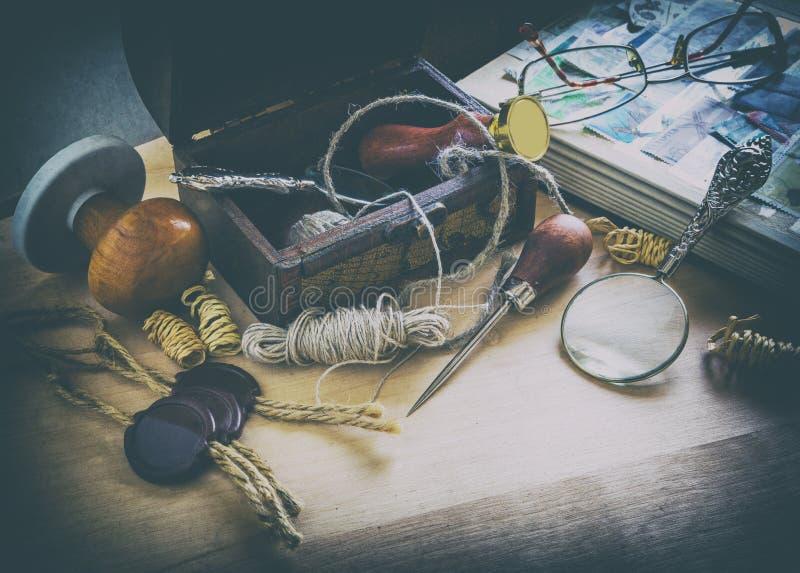 Vieux accessoires de facteur photo libre de droits