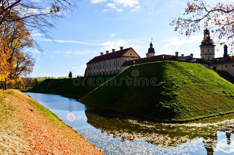 Vieux, antique château médiéval avec des spiers et des tours, murs de pierre et brique entourée par un fossé protecteur avec de l image libre de droits
