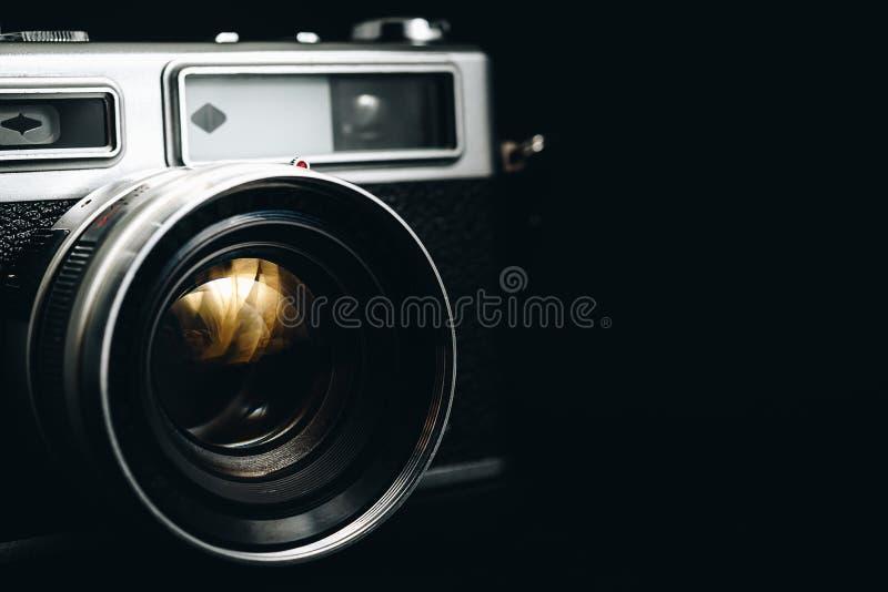 Vieux appareil photo vintage utilisé depuis longtemps sur fond noir photos stock