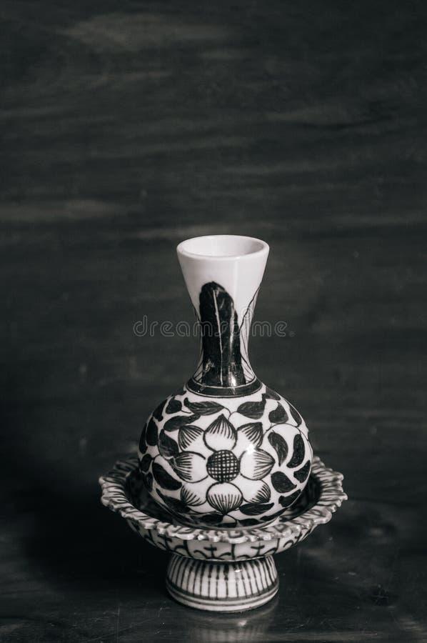 Vieux articles de la Chine de plateau et de vase de piédestal de vintage, porcelaine chinoise images libres de droits