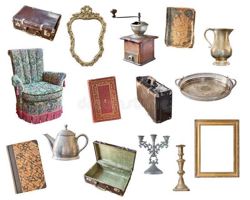 Vieux articles réglés d'isolement sur le fond blanc Valise, chaise, cadres de tableau, livres, broyeur de café, chandeliers, boui images libres de droits