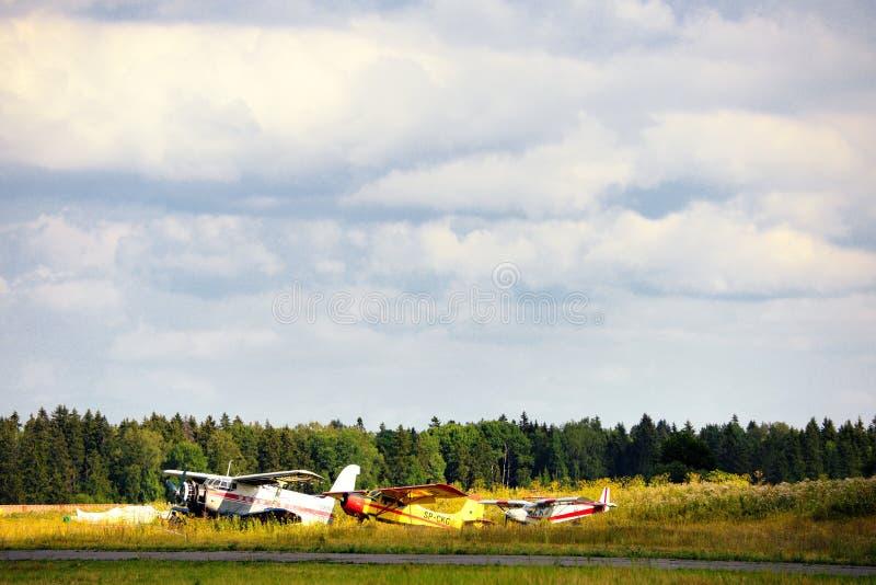 Download Vieux Avions Russes Sur L'herbe Verte Photo stock - Image du aéroport, militaire: 45353444