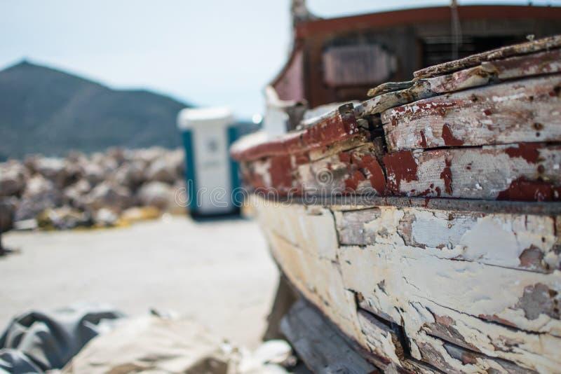 Vieux bâteau de pêche à un port photographie stock