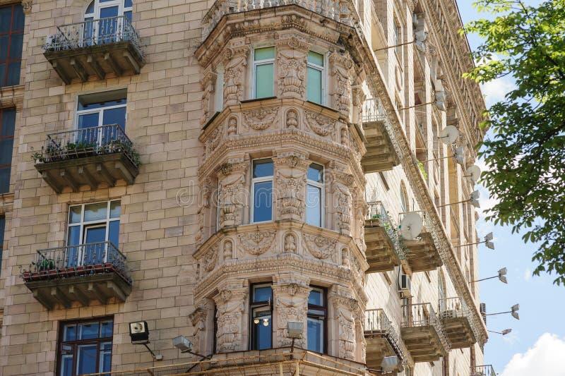 Vieux bâtiment à plusiers étages avec des fenêtres photographie stock libre de droits